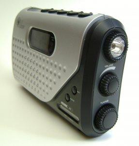 Dynamoradio s vestavěnými hodinami a svítilnou